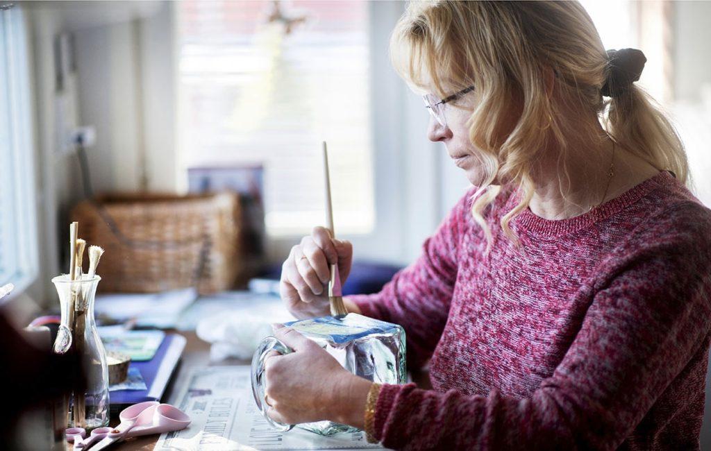 Jaana Hanhela-Soininen on ollut työkyvyttömyyseläkkeellä kaksikymmentä vuotta. Aika kuluu muun muassa askarrellen.