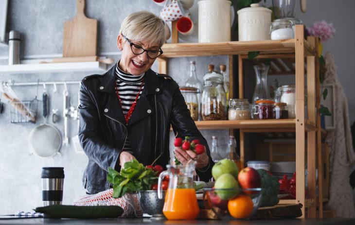 Nainen purkaa kauppakassia, jossa on vihanneksia. Asiantuntijan mukaan kaupassa käydessä ei kannata jättää vihannesosastoa väliin. Ylensyönti on usein mahdollista lopettaa, jos ateriarytmi ja aterioiden koostumus on kunnossa.