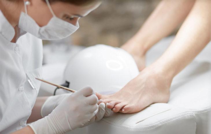 Kosmetologi tekee pedikyyrin