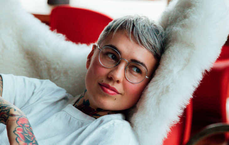 Natalia Salmela istuu nojatuolissa.