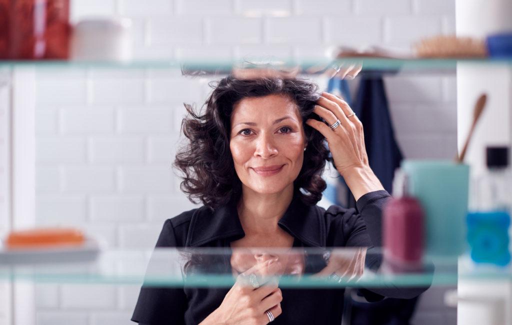 Hiustenhoito kotikonstein vaatii omille hiuksille sopivat hoitotuotteet.