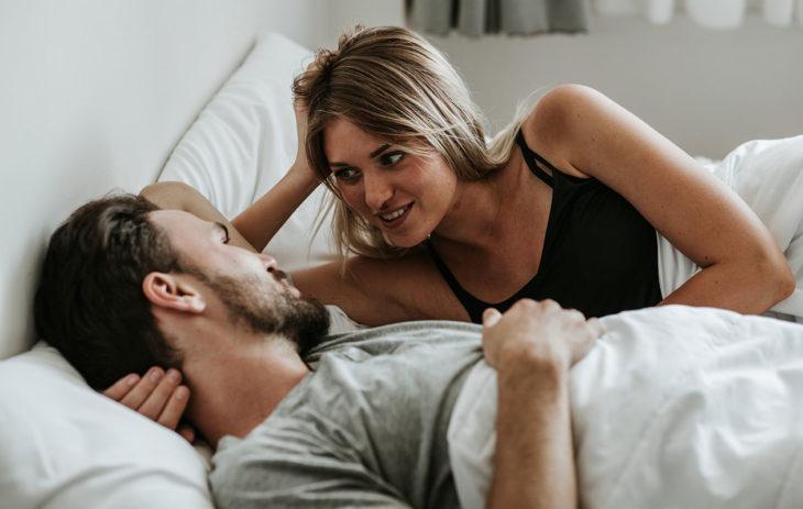 Mies ja nainen keskustelevat.