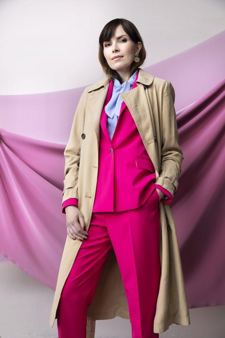 Trenssi on perinteisesti beige. Beige kevättakki näyttää hyvältä, kun sen yhdistää kirkkaan värisiin vaatteisiin.