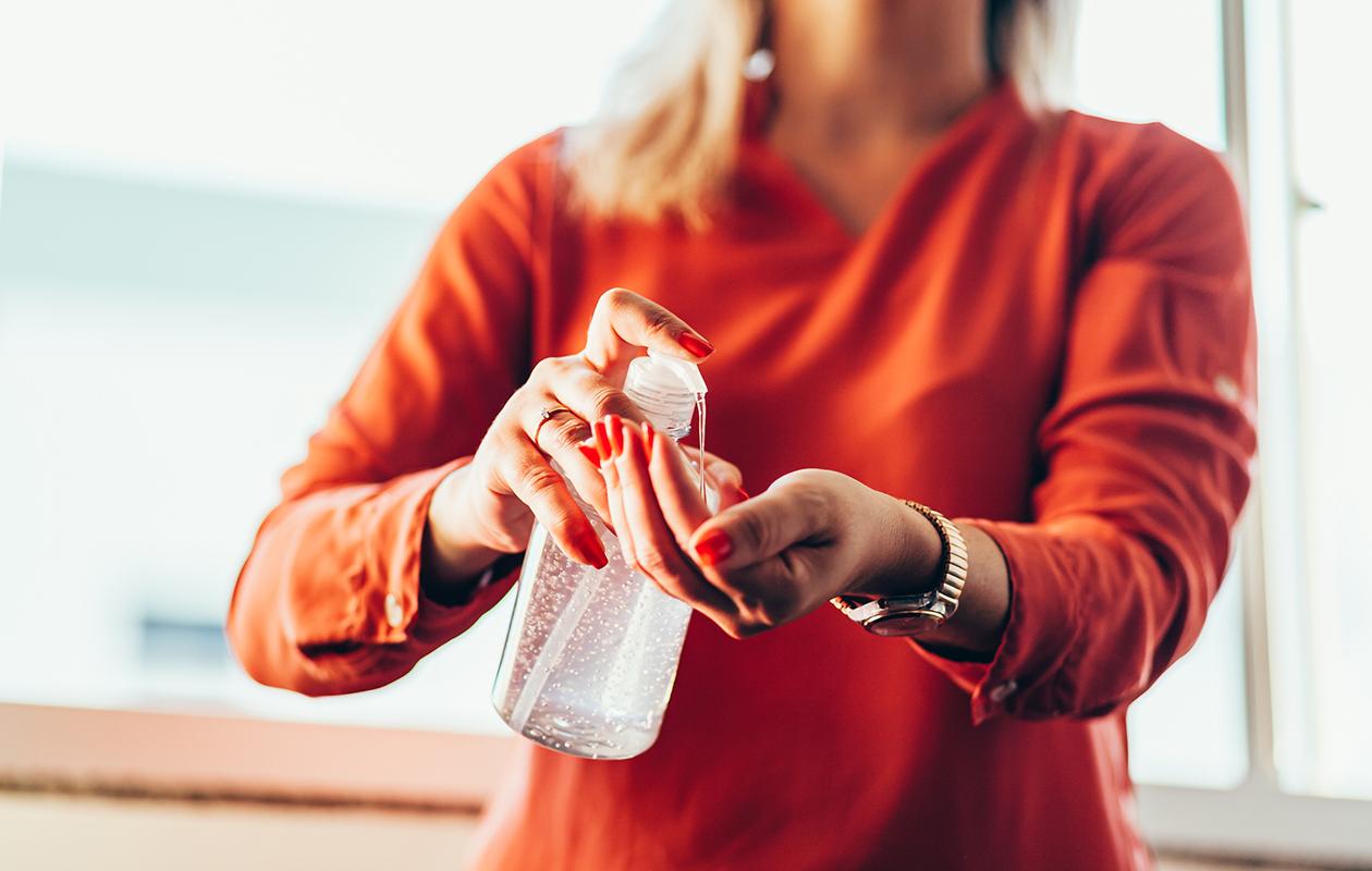 Nainen puhdistaa käsiään