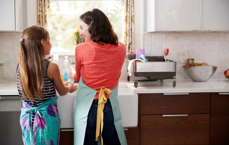 Lapsi ja nainen pesevät käsiään.