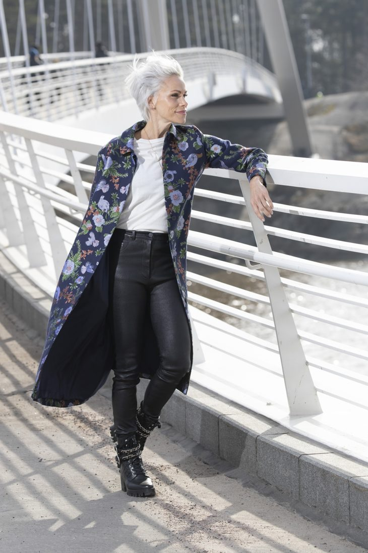 – Kyllästyin mustiin ja harmaisiin takkeihini, joten hankin tämän Hálon takin. Halusin näyttävän takin, joka kuitenkin sopii kaikkien vaatteideni ja asusteideni kanssa. Kengät ovat Uterqüen buutsit.