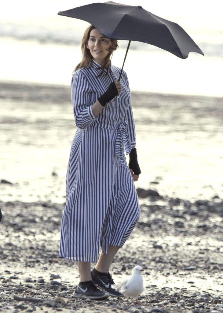 Nigella Lawson tietää, että pystyraitainen paitamekko on lyömätön lomavaate. Rennossa mekossa voi mennä niin rannalle kuin ravintolaankin.