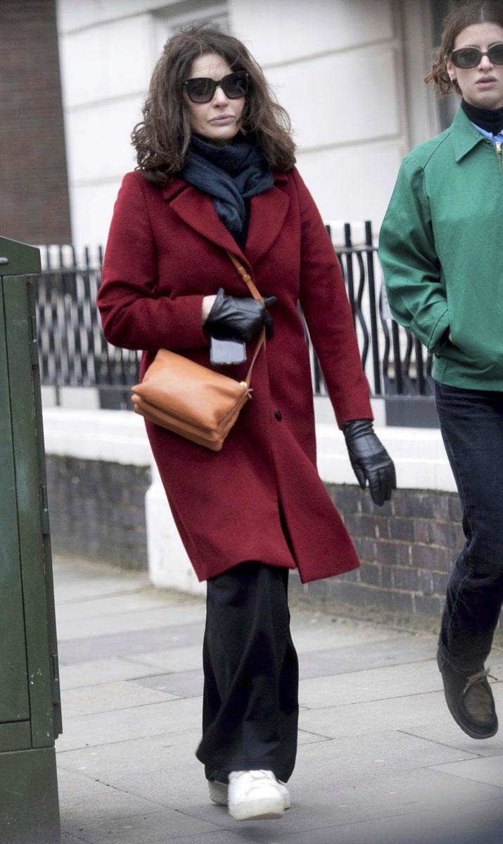 Punainen takki pukee ruskeaverikköä ja piristää muuten mustaa asua.