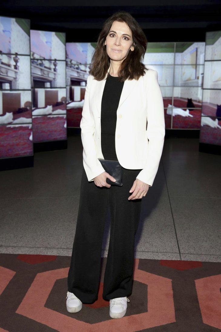 Nigella Lawson pukeutuu edustustilaisuuksiin usein mustaan asuun, jonka hän viimeistelee valkoisella jakulla ja vaaleilla tennareilla.