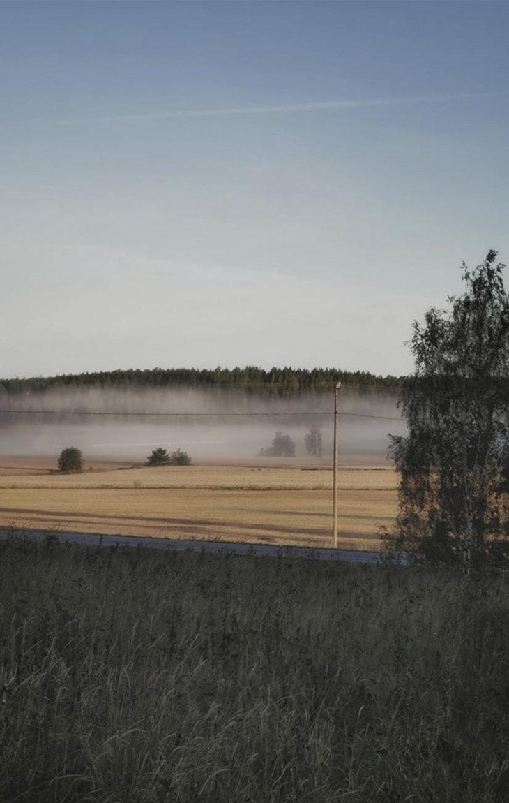Maallemuutto mahdollistaa esimerkiksi tämän unelmamaiseman: aamu-usva kotipihalta kuvattuna.