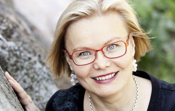 – Ihmisen muisti on rakentunut pitkien kertomusten varaan. Tyhmennämme itseämme, jos tyydymme pelkän Twitter-virran kaltaisiin lyhyisiin tarinoihin, aivotutkija Minna Huotilainen sanoo.