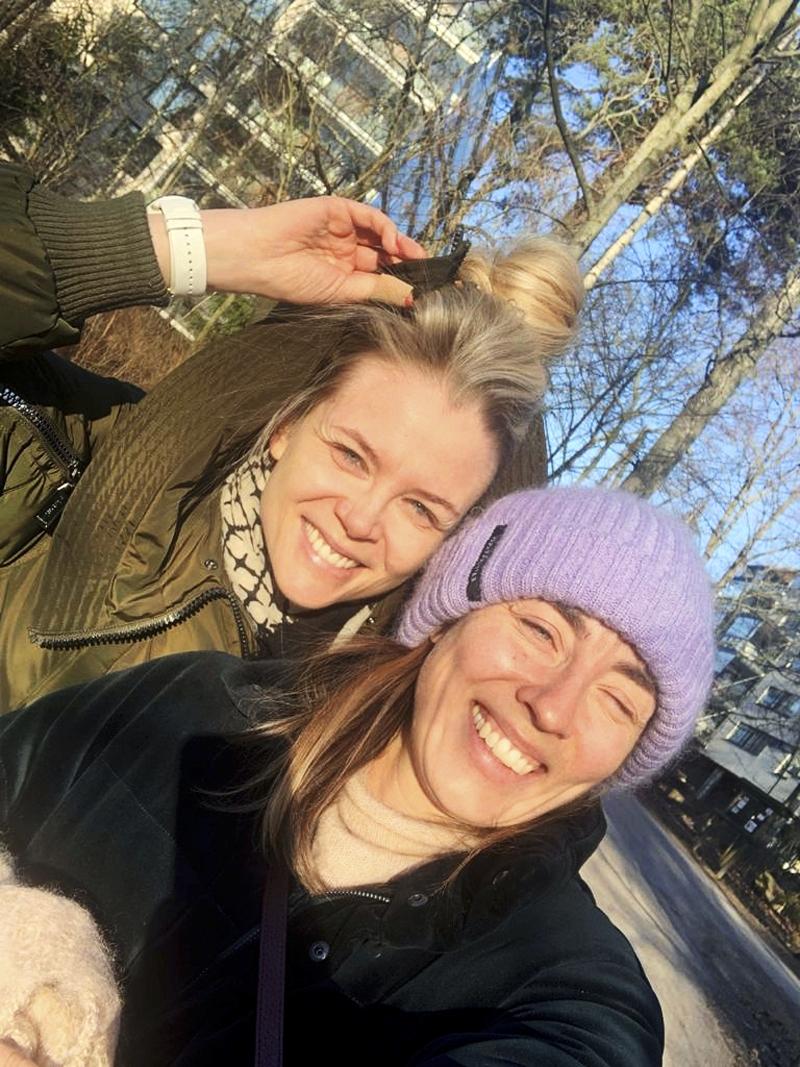 Anni Hautala ja Susanna Laine päiväkävelyllä.