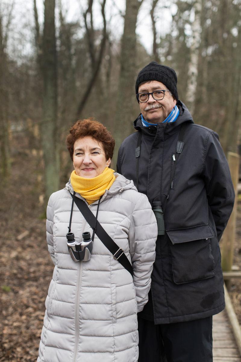 Annina Utter Porola ja Matti Porola kisaavat lajien löytämisestä kavereidensa kanssa.