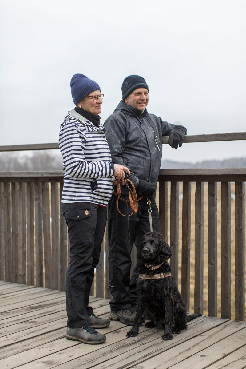 Pekka ja Kirsti Kauranen sekä lintukoira Rasmus tulivat varta vasten merikotkaa tähyilemään.
