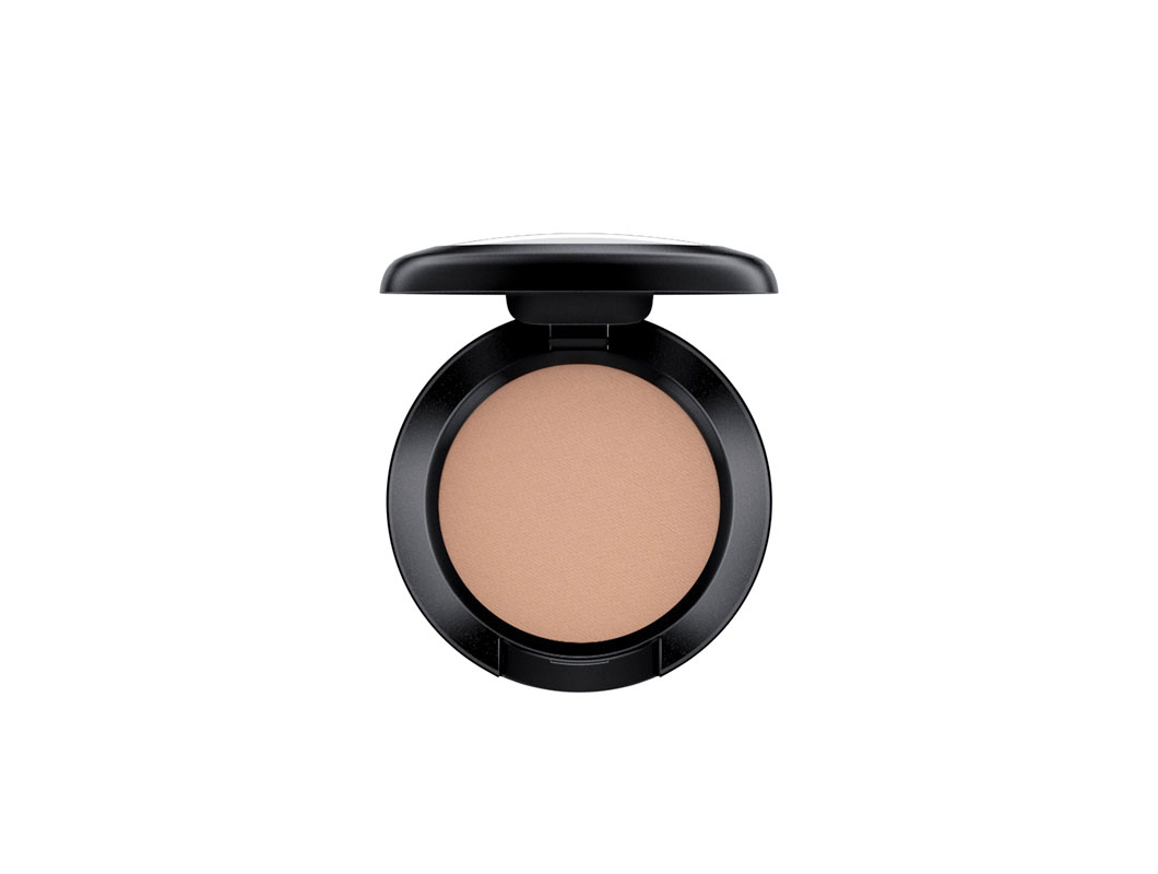 MAC Eyeshadow -luomiväri, sävy Omega Matte, 22,50 e ja 212 Flat Definer Brush -sivellin, 28,50 e.