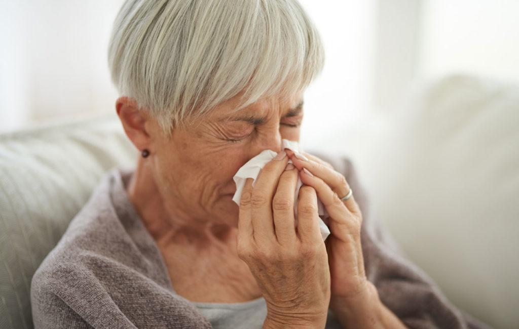 Tukkoinen nenä on yksi poskiontelotulehduksen oireista.