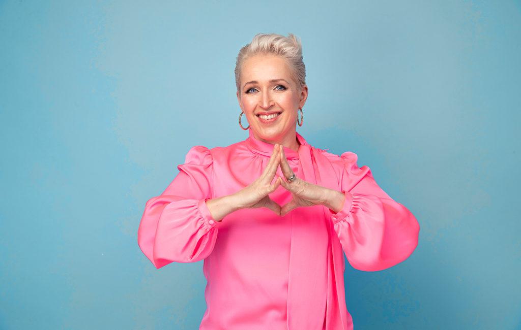 Anna mennä! -verkkovalmennusta luotsaa Anna Perho, toimittaja ja yritysvalmentaja sekä yksi Suomen suosituimmista inspiraatiopuhujista.