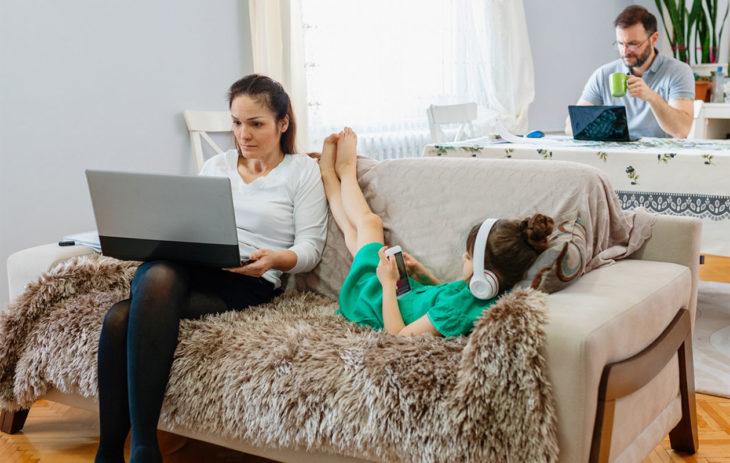 Perhe etätyöskentelee kotona.