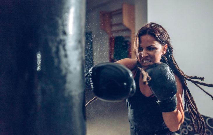 Nainen treenaa kovaa – stressin oireet voivat lisääntyä myös sen johdosta.