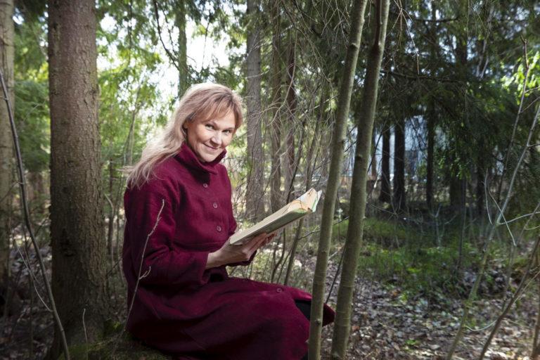 – Kirjailijana tarkkailen kieltä ja rakennetta myös lukiessani. Mutta silloin, kun teksti on oikein hyvää, analysointi unohtuu. Pystyn siis yhä myös uppoutumaan kirjaan, Johanna Venho toteaa.