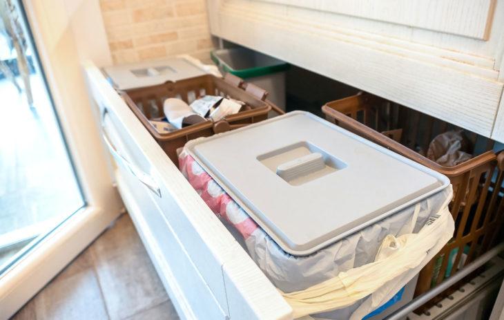 Miten järjestää keittiön kaapit? Esimerkiksi jäteastioita kannattaa olla tarpeeksi monta eri tarpeita varten.