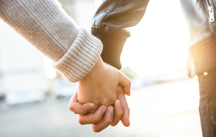 Pariskunta pitää toisiaan kädestä. Pitääkö pettämisestä kertoa uudelle kumppanille? Erityistason seksuaaliterapeutti Marja Kihlströmin mukaan kannattaisi.