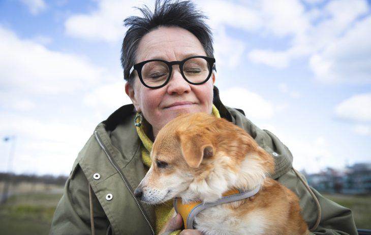 Annukka Laine uskoo, että koira voi olla monelle ihmistä parempi ystävä.