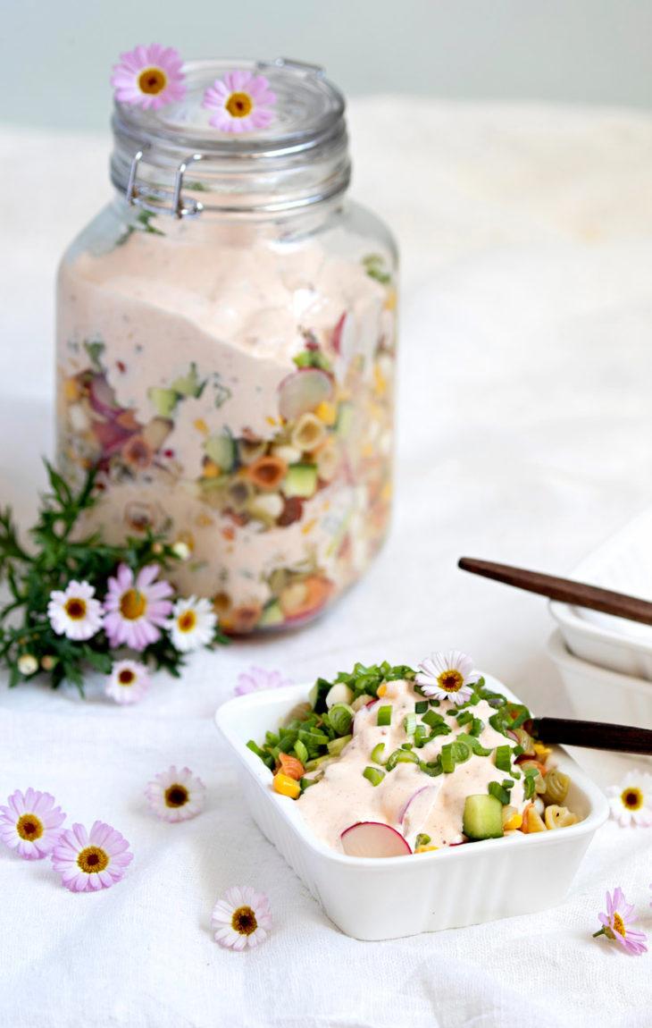pastasalaatti ja BBq-jogurttikastike