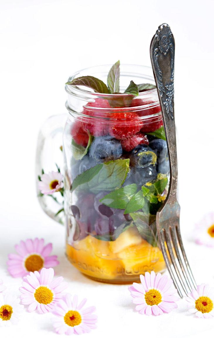 marinoitu marja-hedelmäsalaatti