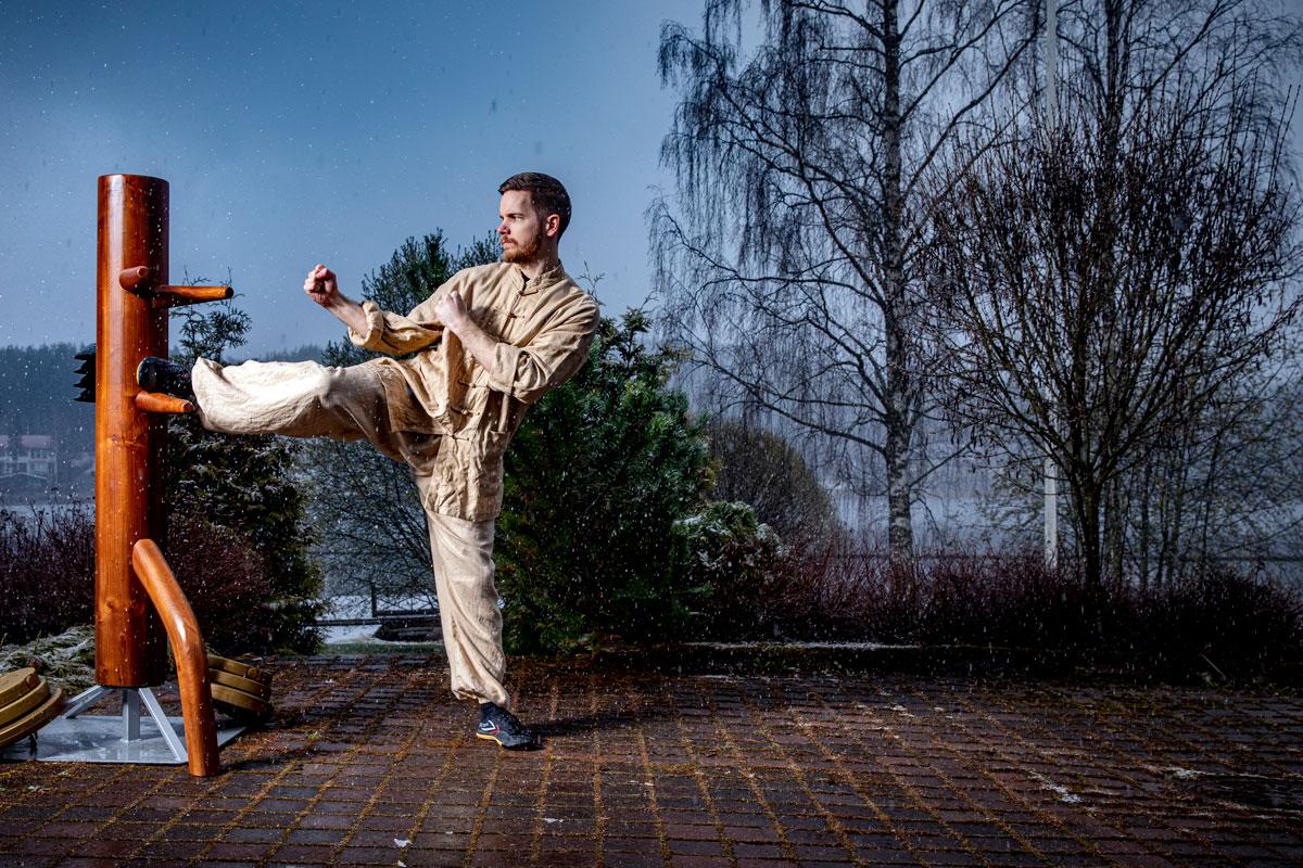 Puu-ukko oman kotitalon terassilla on Joonaksen harjoitusvastustaja. – Treenaan päivittäin Shaolin kung-fu -taitoja.