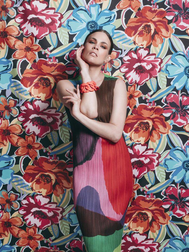 Mekkomuoti toistaa kukkaniityn värejä. Viimeistele värikäs mekkoasu matalilla sandaaleilla ja näyttävillä rannekoruilla.