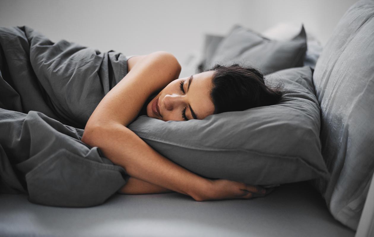 Nainen nukkuu.