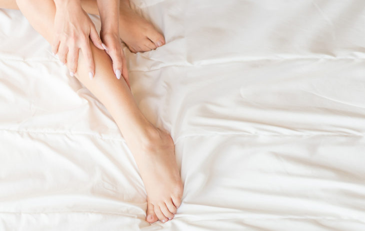Naisen jalat. Raajojen puutuminen lyhyeksi aikaa silloin tällöin ei ole vaarallista.