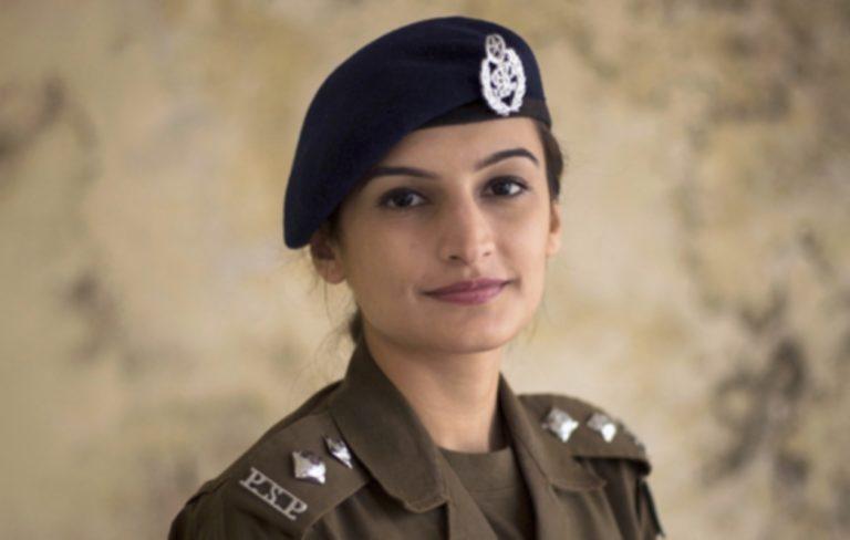 Beenish Fatima, 27, on työskennellyt noin vuoden poliisiylitarkastajana yhdessä Rawalpindin vilkkaimmista kaupunginosista.