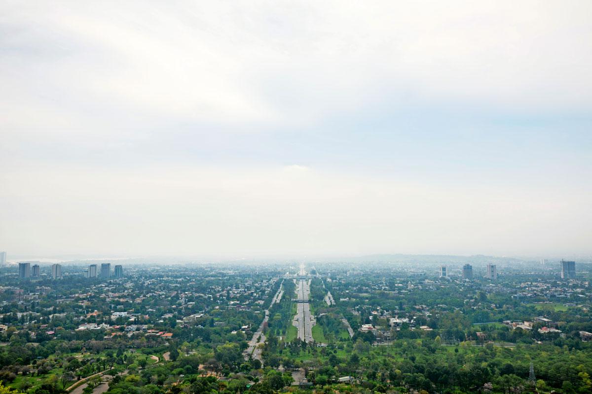 Rawalpindi sijaitsee Pakistanin pääkaupungin Islamabadin kyljessä. Nuoreen Islamabadiin verrattuna vanhempi Rawalpindi on sokkeloinen labyrintti.