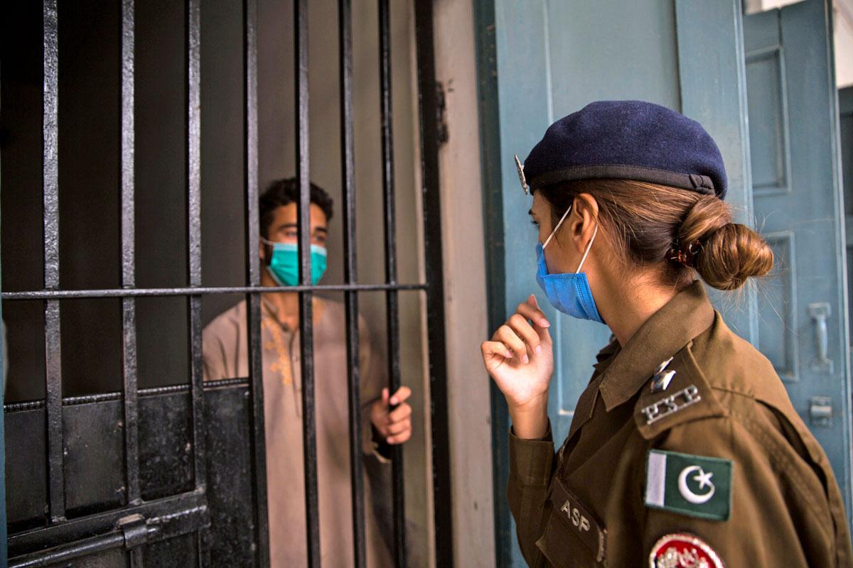 Beenish toruu putkassa viruvaa varkaudesta pidätettyä miestä.