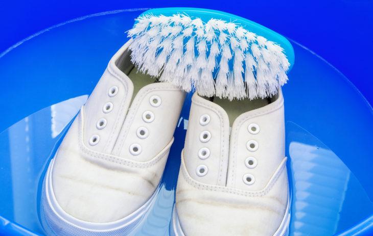 Kengät pesuvadissa ennen kenkien desinfiointia