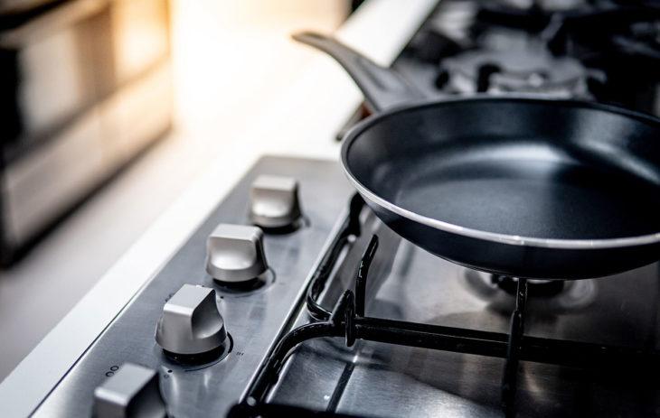 Teflonpannu liedellä. Teflonpannua ei tulisi lämmittää tyhjänä kovalla lämmöllä, kertoo asiantuntija.