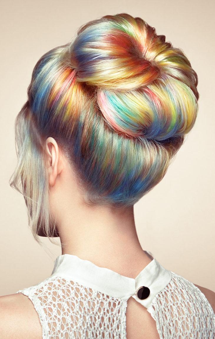 Sateenkaarivärjäys hiuksissa. Epännistunut hiustenleikkaus ja värjäys ovat vältettävissä, kun asialla on ammattilainen.