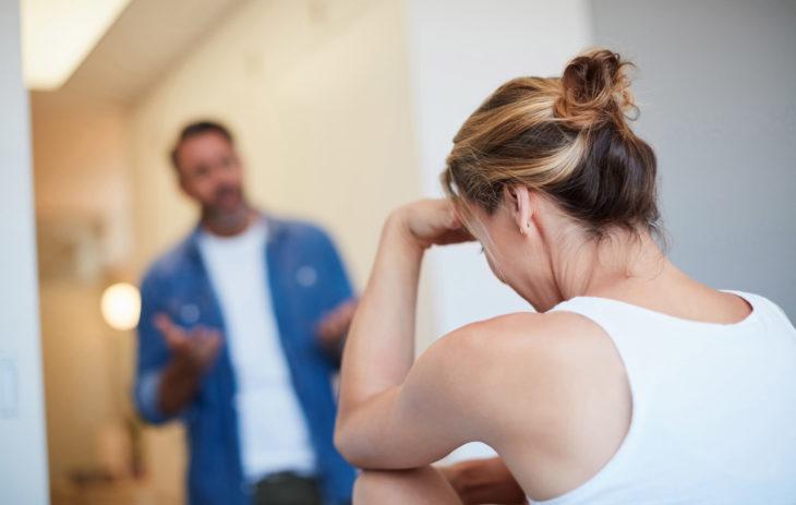 Mies ja nainen riitelevät. Riitely voi satuttaa, jos kiukkua ei osata ilmasta rakentavasti vaan niin, että se vahingoittaa tärkeää ihmissuhdetta.