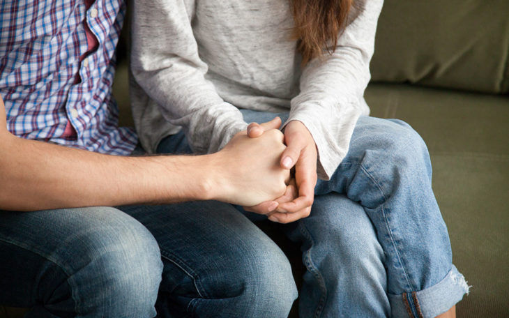Pariskunta istuu ja pitelee toisiaan kädestä. Avoin ja rohkea keskustelu on avainasemassa eropäätöstä tehdessä. Joskus eroamien, vaikka rakastaa yhä toista, voi olla oikea ratkaisu.