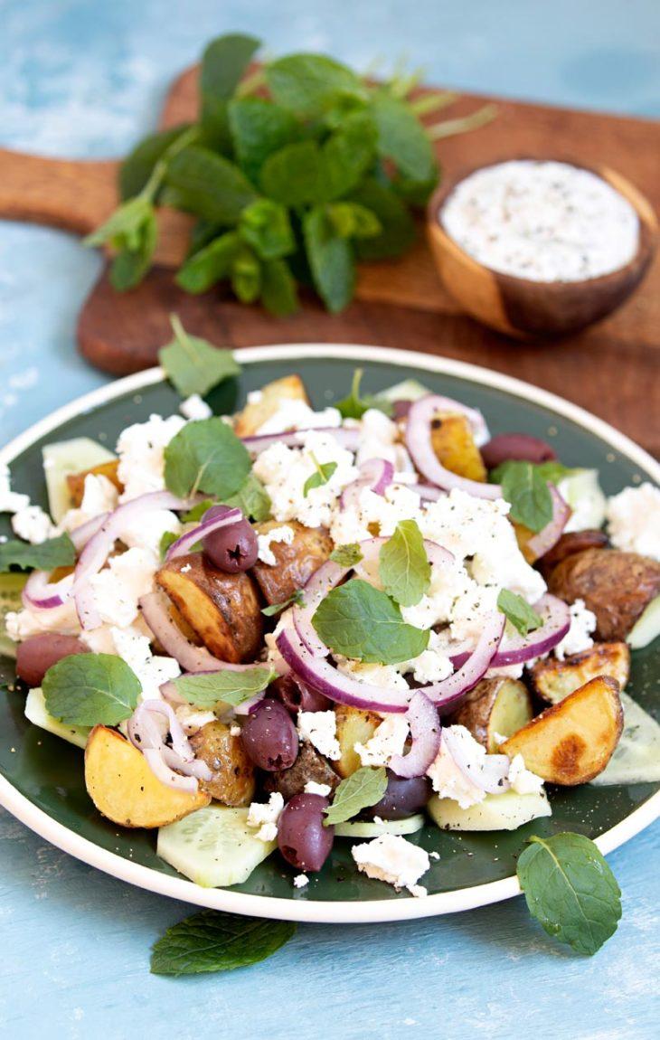 feta-perunasalaatti ja minttujogurttikastike