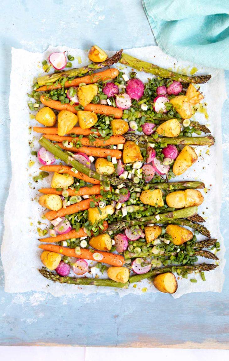 lämmin perunasalaatti kesäkasviksilla