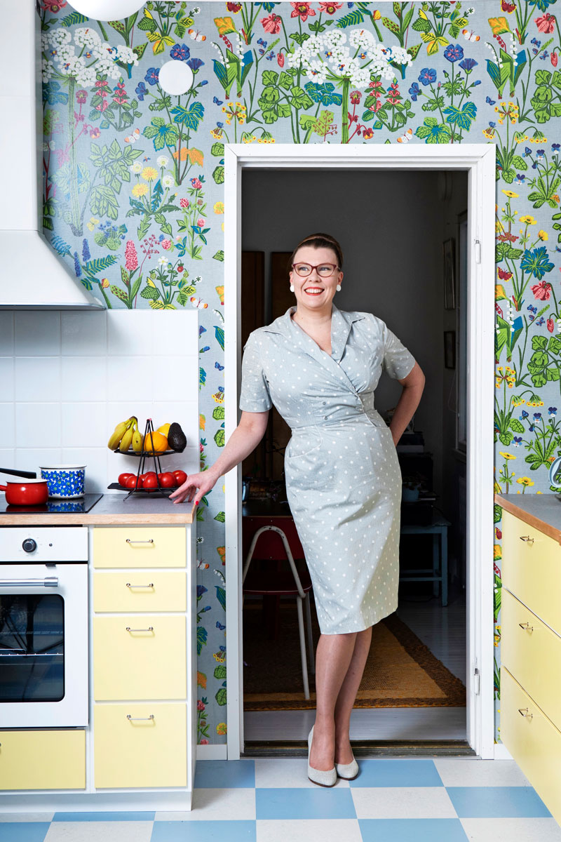 Elina Teerijoelle vintagevaatteet ovat tapa harrastaa historiaa. Elinalla on yllään SOK:n tehdasvalmisteinen mekko 1950-luvulta. – Nautin aina, jos pystyn jäljittämään asuni alkuperän.