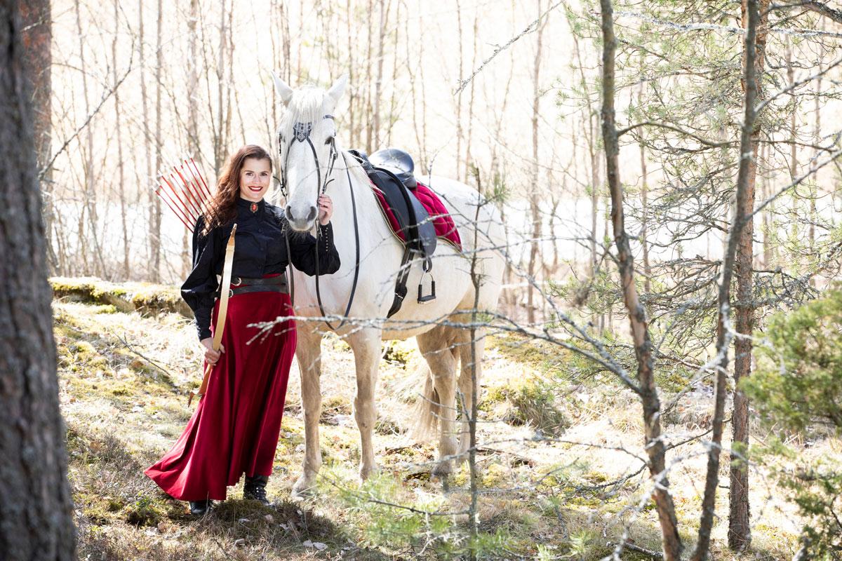 Hevosalan yrittäjä Katariina Cozmei harrastaa ja kouluttaa ratsastusjousiammuntaa.