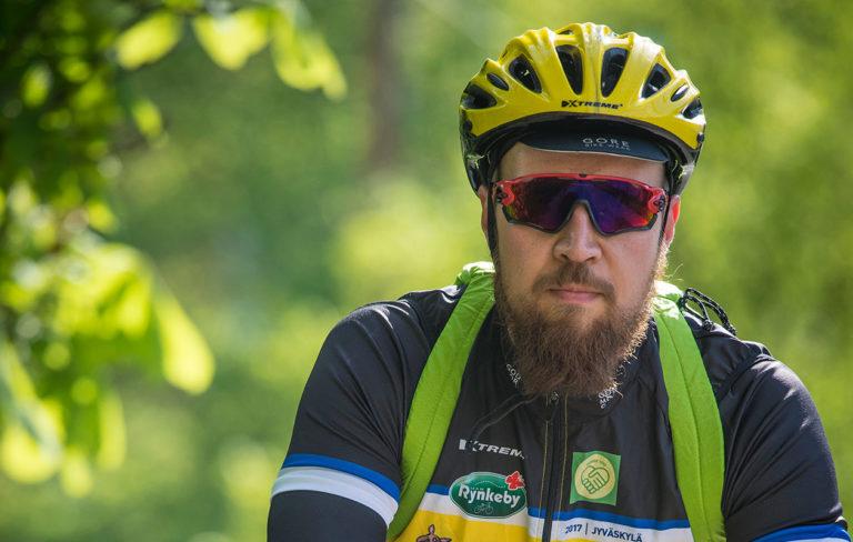 Touko Aalto pyöräilykypärässä.