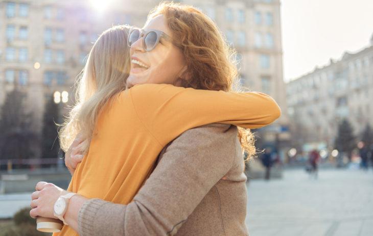 Naiset halaavat keskenään.