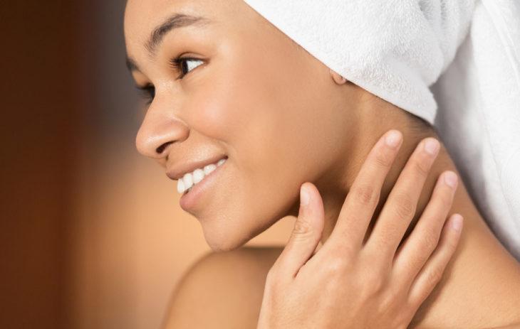 Dekoltee-alue ja kaulan alueen iho vaativat päivittäistä hoitoa.