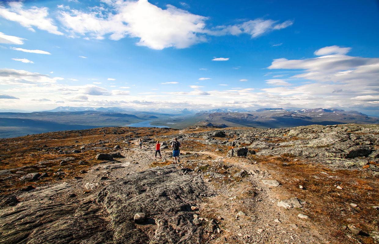 Ihmisiä vuorella.Kilpisjärven Saanatunturi on yksi Lapin suosituimmista patikointikohteista.