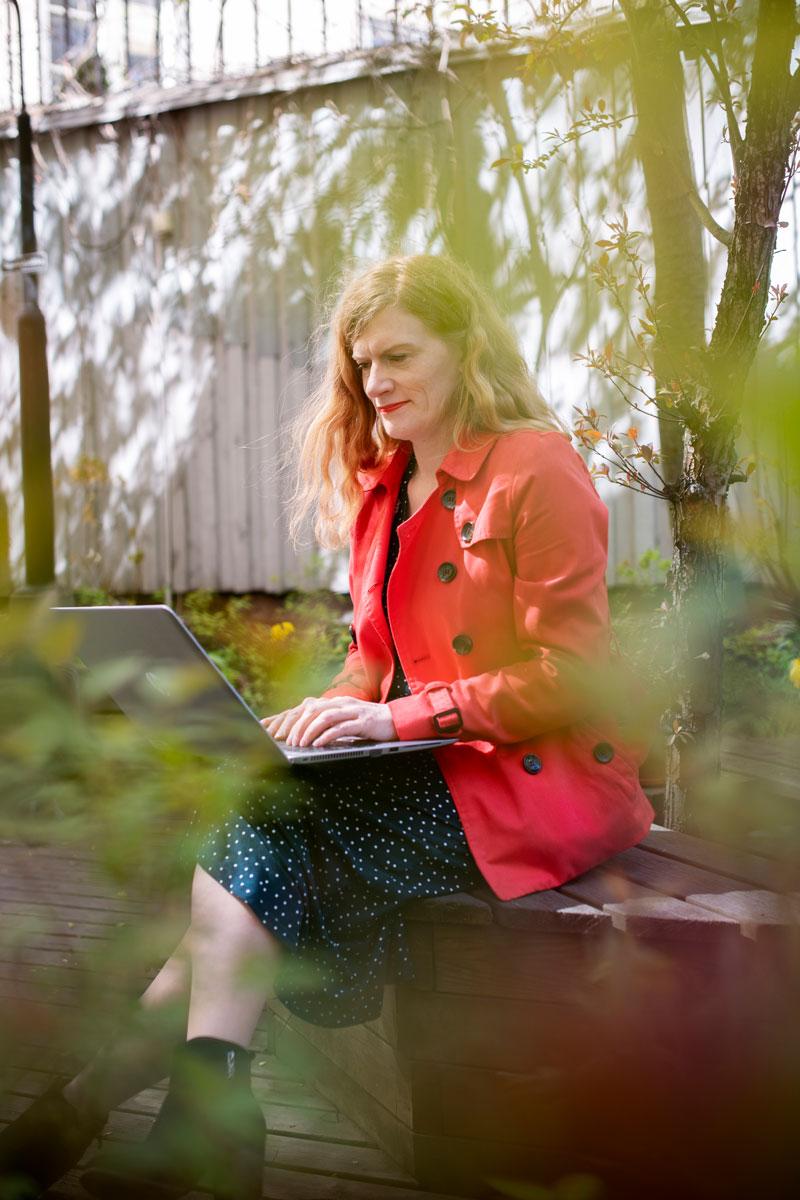 Eeva Salonen tietokoneella. Helsingin seurakuntayhtymässä kehittäjänä työskentelevä Eeva Salonen on löytänyt verkon kautta muita samantyyppistä työtä tekeviä, joiden kanssa oivalluksia voi jakaa.